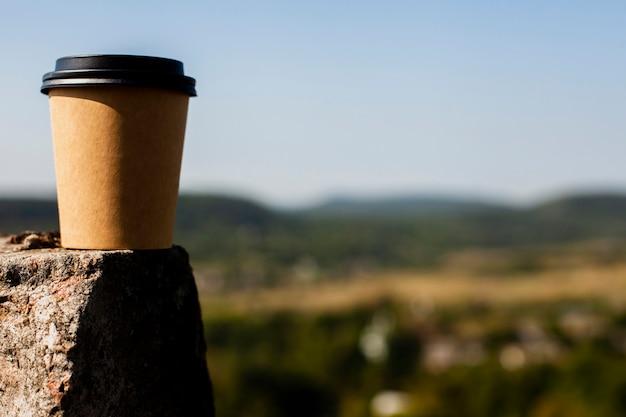 ぼかしの背景を持つコーヒーのフロントビューカップ