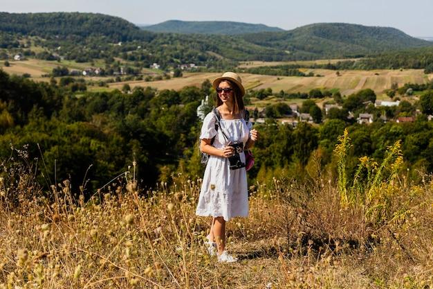 自然の風景と離れている女性のロングショット