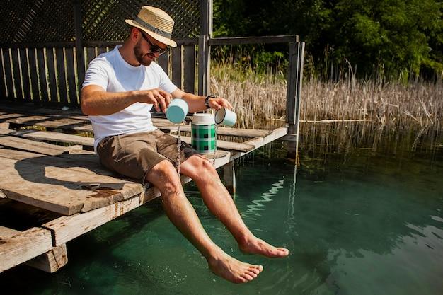 鍋に水を注ぐ男