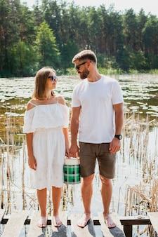 屋外のピクニックの日にかわいいカップル