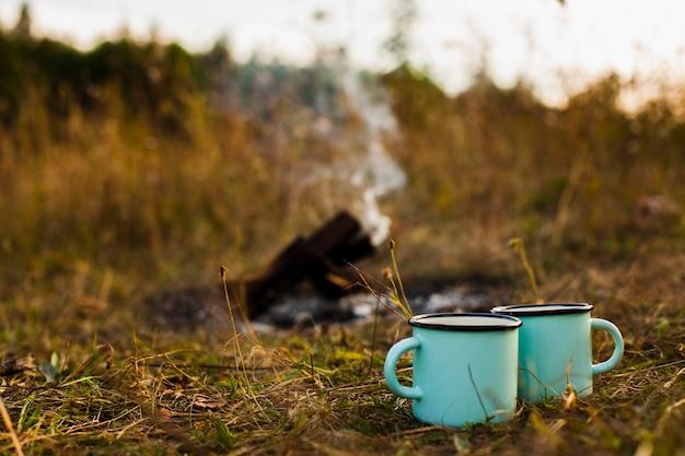 Низкий угол чашки рядом с тушить огонь
