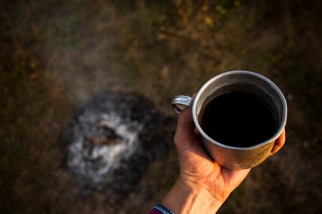 キャンプ中に準備された新鮮なコーヒーのカップ