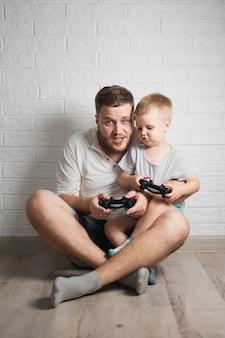 父と息子がジョイスティックと一緒に遊んで