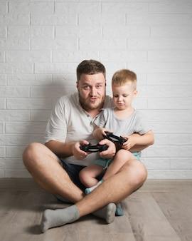 父と息子が家で一緒に遊んで