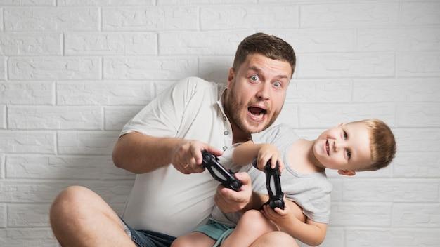 父と息子が家で遊んで終了