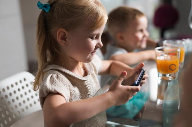 スマートフォンで遊ぶ横向きの子供