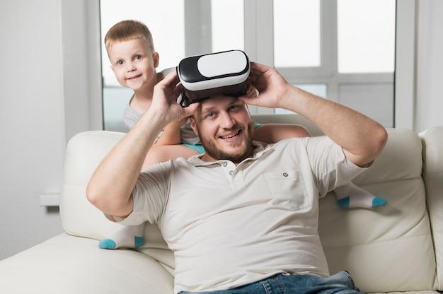 Отец и сын играют с гарнитурой