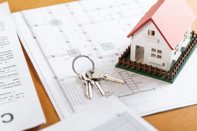 Высокий вид игрушечной модели дома и ключи