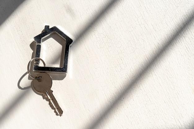 影と白い背景の上の家の鍵