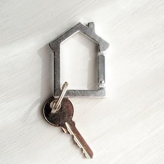 白い背景の上のクローズアップの家の鍵