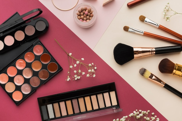 美容製品とピンクの背景のトップビューの装飾