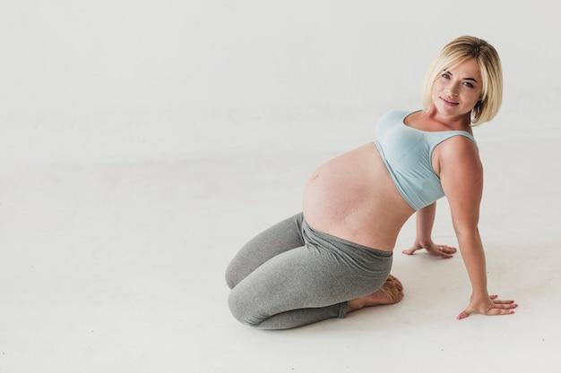 コピースペースでロングショット妊娠中の女性