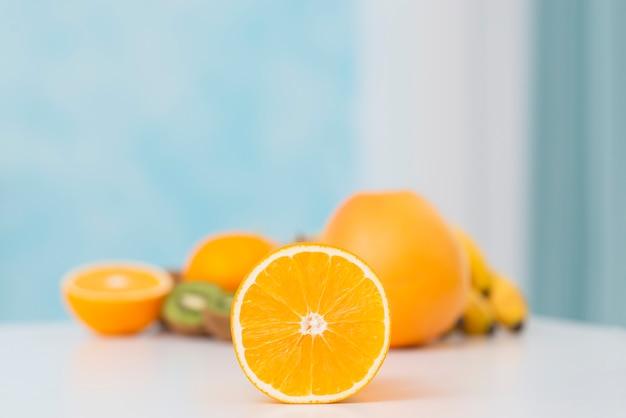 白いテーブルにおいしいオレンジの配置