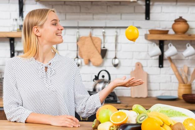 新鮮な果物とミディアムショットスマイリーガール