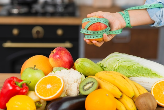 果物の配置とクローズアップの人