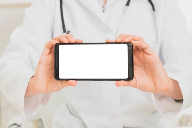 スマートフォンのモックアップを保持しているクローズアップ医師