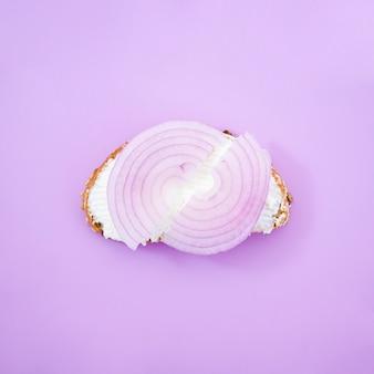 Вкусный луковый бутерброд вид сверху