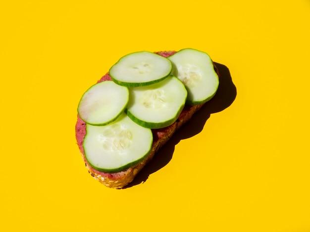 Свежий нарезанный огурец на хлебе