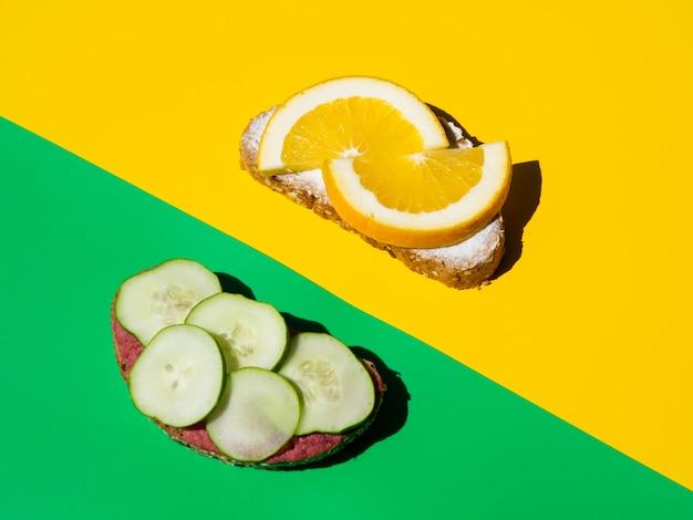 Вкусные ломтики огурца и свежих апельсинов