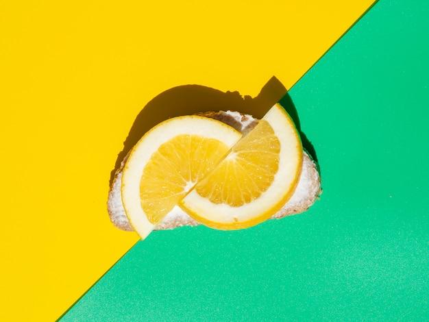 オレンジのスライスとトップビューサンドイッチ