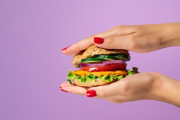 美しい紫色の背景においしいハンバーガー