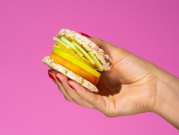 エキゾチックなフルーツとジューシーなサンドイッチ