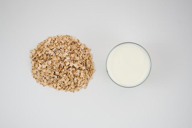 Вид сверху вкусной овсяной каши с молоком