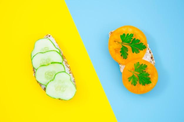 Вкусный бутерброд с ломтиками огурца и помидорами