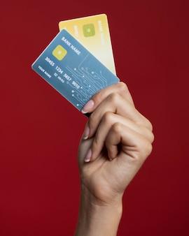 Женщина, держащая ее кредитные карты крупным планом