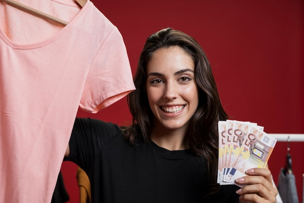 Счастливая женщина готова купить розовую рубашку