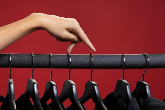 Женщина смотрит в черные рубашки