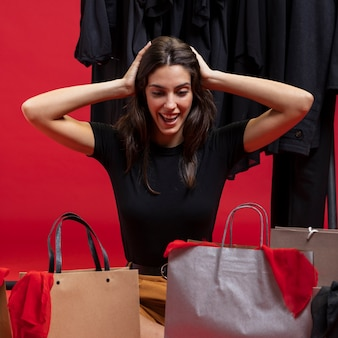 Женщина с энтузиазмом относится к своей новой одежде