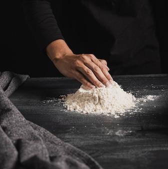 小麦粉を混ぜるパン屋の手