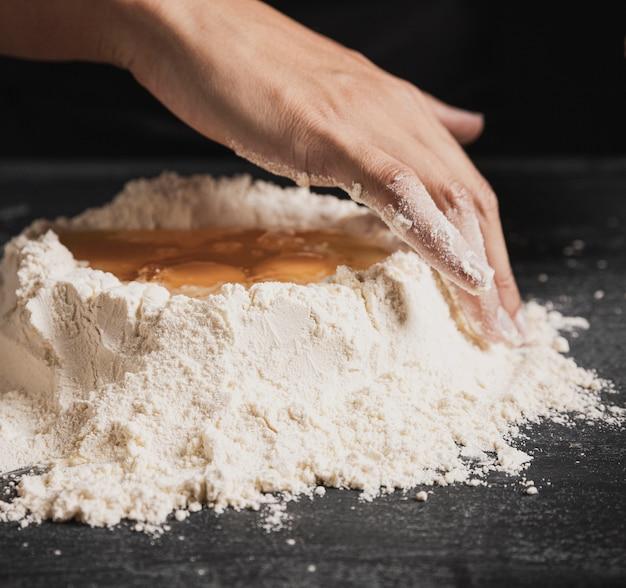 小麦粉と卵黄のクローズアップ混合