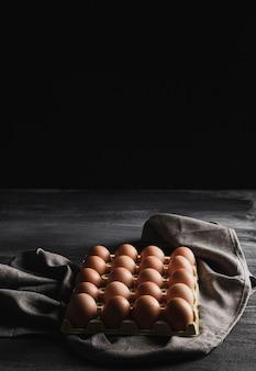 灰色の布にハイアングル卵パッケージ