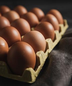 布の上のクローズアップ卵パッケージ