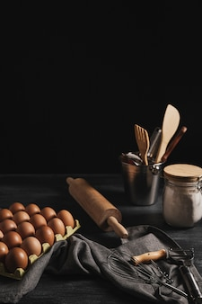キッチンツールの横にあるハイアングル卵パッケージ