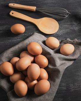 Вид сверху набор яиц и кухонных инструментов