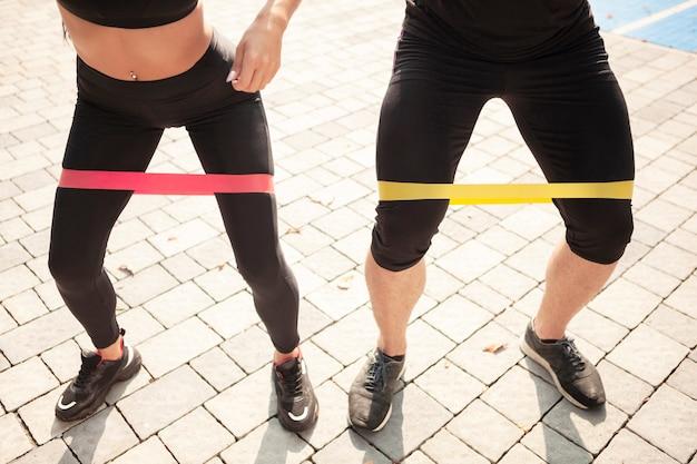 Спортивные состязания высокого угла, делающие упражнение с резинкой