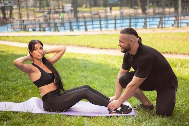腹部運動のためのチームワーク
