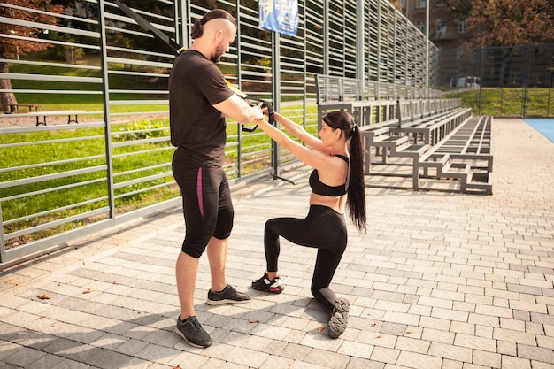 正しく運動するように互いに教えている友人