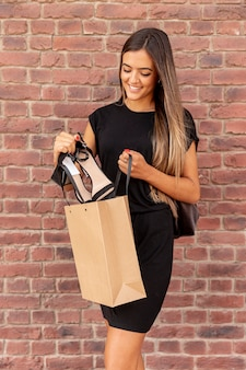 彼女の靴を示す若い女性