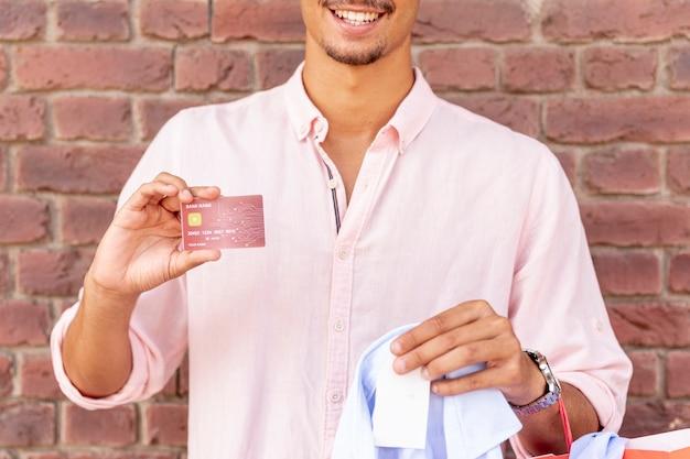 Макро улыбающийся молодой человек, держащий карту