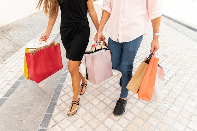 ショッピングカップルの高角度のビュー