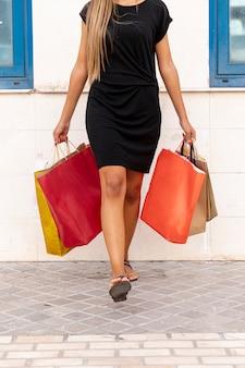 女性が携帯するカラフルな買い物袋