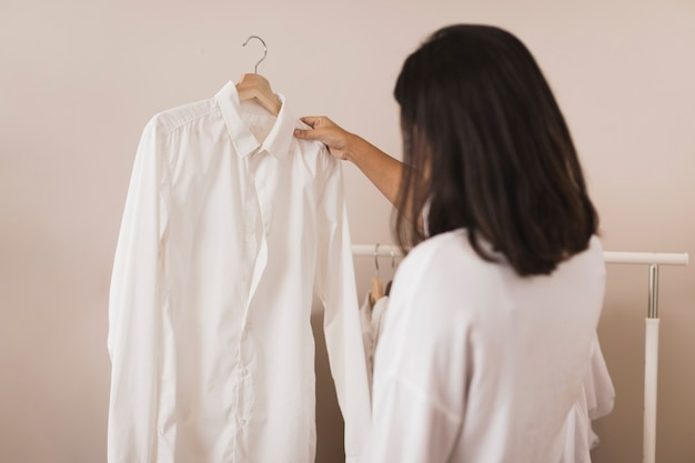 白いシャツを見て背面図女性
