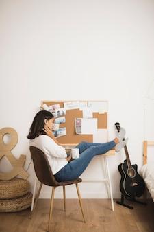 Женщина расслабляющий и держит чашку кофе