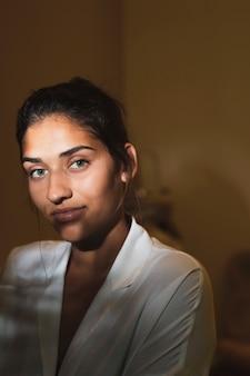 Портрет красивой женщины, глядя на камеру