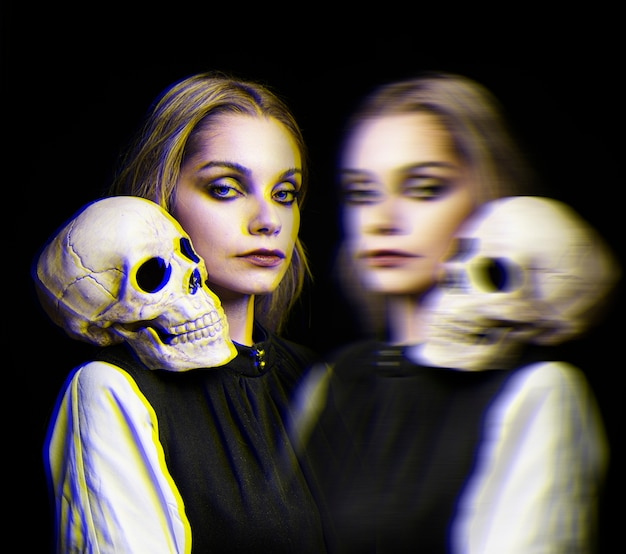 彼女の肩とグリッチ効果に頭蓋骨を持つ女性