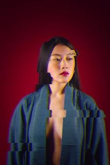 若いアジアの女性の肖像画にグリッチの影響